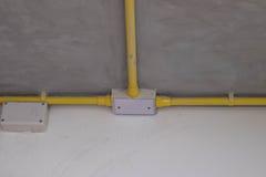 Elektrische Rohrlinie auf Zellenentfernung Stockfoto