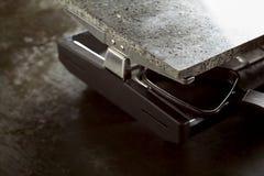 Elektrische rooster en koekepannen voor raclette stock fotografie