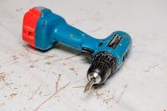 Elektrische schroevedraaier aan het werk oppervlakte Stock Afbeelding