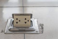 Elektrische Stecker von Weiß am Boden schmutzig, 16A 250V lizenzfreies stockbild