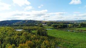 Elektrische steun tegen mooi heuvelig landschap stock videobeelden