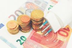Elektrische stop met geld en muntstukken Stock Foto
