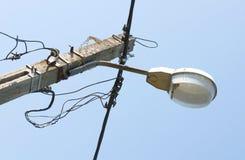 Elektrische Straßenbeleuchtung in den Straßen von Rumänien Stockbilder