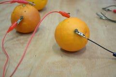 Elektrische stroom van sommige sinaasappelen stock foto's