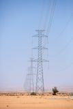 Elektrische Türme über der Wüste nahe Tata, Marokko Stockbild
