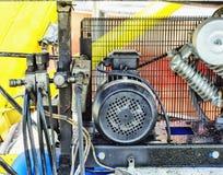 Elektrische Teile und industrielle Rohrleitungen des Kompressors stellt sich dar Stockfotos