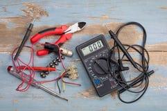 Elektrische Teile und Werkzeuge lizenzfreie stockbilder