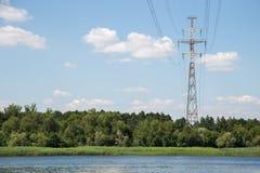 Elektrische toren onder bomen Royalty-vrije Stock Foto's