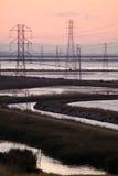 Elektrische torens op water stock foto