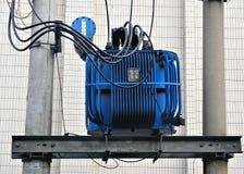 Elektrische transformator in blauw Royalty-vrije Stock Fotografie
