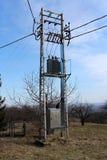 Elektrische transformator op hoge staalpool stock foto