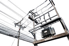 Elektrische Transformatoren auf dem elektrischen Pfosten, lokalisiert auf weißem Hintergrund Lizenzfreies Stockfoto