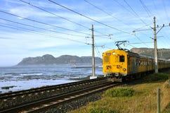 Elektrische trein naast het overzees, Zuid-Afrika Royalty-vrije Stock Foto