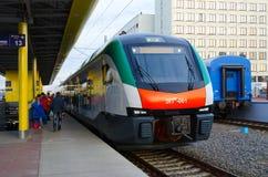 Elektrische trein van commerciële klasse (lijn Minsk-Gomel), Minsk, Bela Stock Afbeeldingen