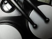 Elektrische trommels met zwarte plastic trommelstokken Close-up stock foto