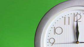 Elektrische Uhr lokalisiert auf Grün stock video footage