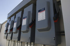 Elektrische Unterbrecher-Kästen in Solarkraftwerk Stockfotos