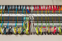 Elektrische Verbindung im Steuer-cublicle Lizenzfreies Stockbild