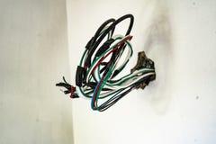 Elektrische Verdrahtung in der Hausmauer stockfotografie