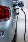 Elektrische voertuigen en elektrisch voertuig het laden posten Royalty-vrije Stock Afbeeldingen