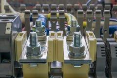Elektrische Wassertankanschlüsse, -kabel und -drähte auf dem artboa Stockfotos