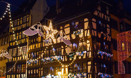 Elektrische Weihnachtsgirlanden in der Stadt Lizenzfreie Stockfotografie