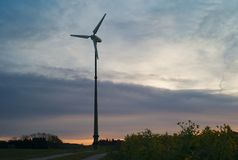 Elektrische Windkraftanlage im Morgen-Licht lizenzfreie stockfotografie
