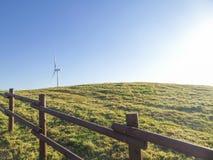 Elektrische Windmühlen auf einem Grashügel lizenzfreies stockfoto