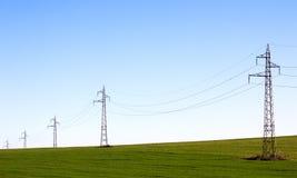 Elektrische Zeile auf dem grünen Gebiet Stockbilder