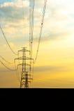 Elektrische Zeilen mit Sonnenuntergang Stockfotos