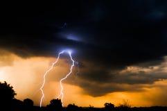 Elektrische Zonsondergangbliksem Stock Foto's