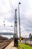 Elektrischer Bahnmast auf slowakischer Station stockfotos