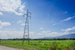 Elektrischer Beitrag im Ackerland mit dem blauen Himmel Stockbild