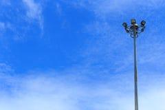 Elektrischer Beitrag mit blauem Himmel stockfotos