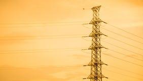 Elektrischer Beitrags- und Sonnenunterganghintergrund stockfotos
