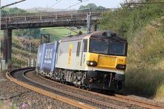 Elektrischer blöder Zug der Klasse 92, der Güterzug schleppt Stockfotos