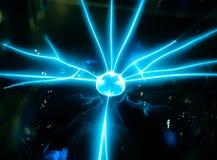 Elektrischer blauer Strahl verbreitete von den mittleren Ball Wissenschaftswürdenträgern Lizenzfreies Stockbild