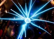 Elektrischer blauer Strahl verbreitete von den mittleren Ball Wissenschaftswürdenträgern Lizenzfreie Stockfotos