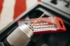Elektrischer Bohrhammer mit Werkzeugen Stockfotografie