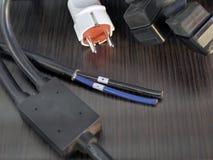 Elektrischer Draht auf dem Hintergrund eines Holztischs lizenzfreie stockfotos