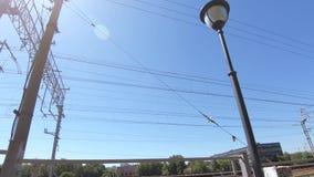 Elektrischer Draht auf der Eisenbahn stock footage