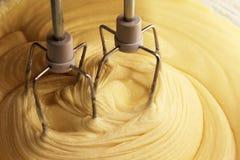 Elektrischer Handmischer mit dem Teig für die Torte Stockfotos