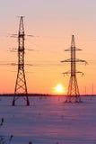 Elektrischer Hochspannungsdraht auf dem Hintergrund des schönen Sonnenuntergangs Stockfotografie
