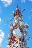 Elektrischer Hochspannungsfreileitungsmast gegen blauen Himmel stockfotografie