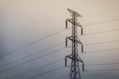 Elektrischer Hochspannungskontrollturm Blauer Himmel und Wolken f?r Hintergrund lizenzfreies stockbild