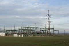 Elektrischer Hochspannungsleistungpfosten Stockfotos