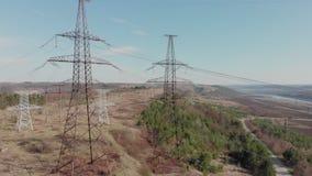 Elektrischer Hochspannungsmast gegen Himmel Vogelperspektive von Brummen zu Stromleitungen Naturlandschaft, sonniger schöner Tag stock video footage