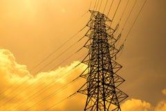 Elektrischer Hochspannungspfosten und bewölkter Himmel in der Abendzeit Lizenzfreies Stockfoto