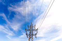 Elektrischer Hochspannungsturm auf Hintergrund des blauen Himmels Stockfotos