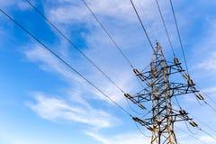 Elektrischer Hochspannungsturm auf Hintergrund des blauen Himmels Stockfoto